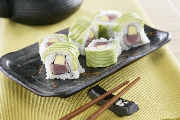 Receta de Receta de uramaki de aguacate relleno de atún teriyaki y mango