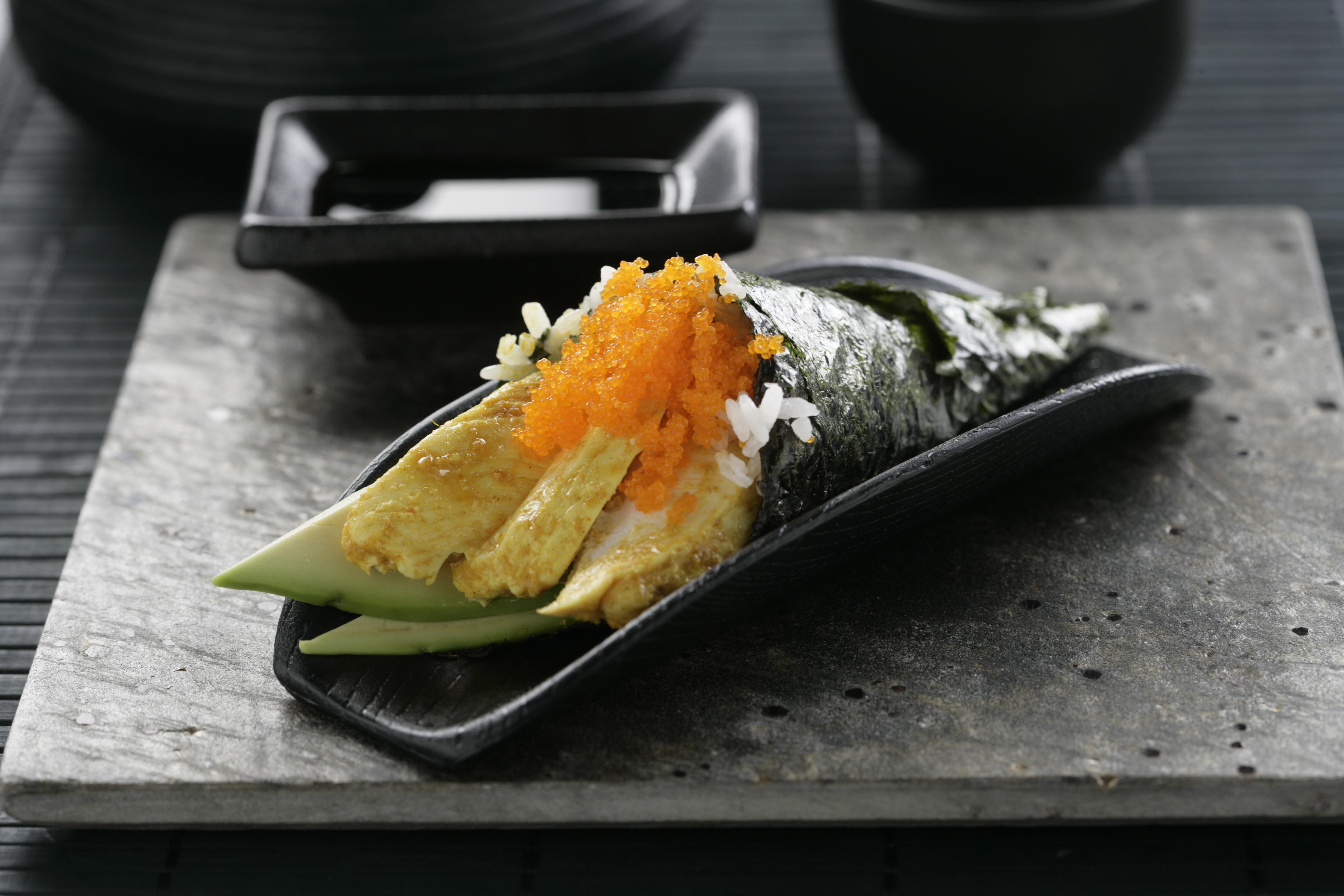 Receta de Temaki de pollo al curry, aguacate y huevas