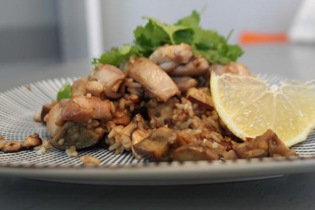 Receta de Arroz salteado con pollo, berenjena asiática y setas shitake