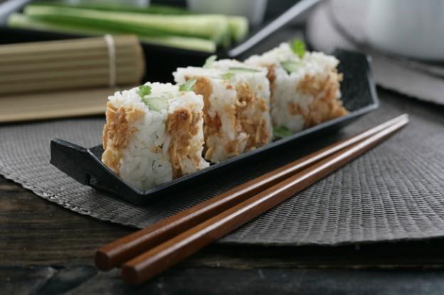 Receta de Maki sin alga, de pepino, mascarpone y cebolla frita