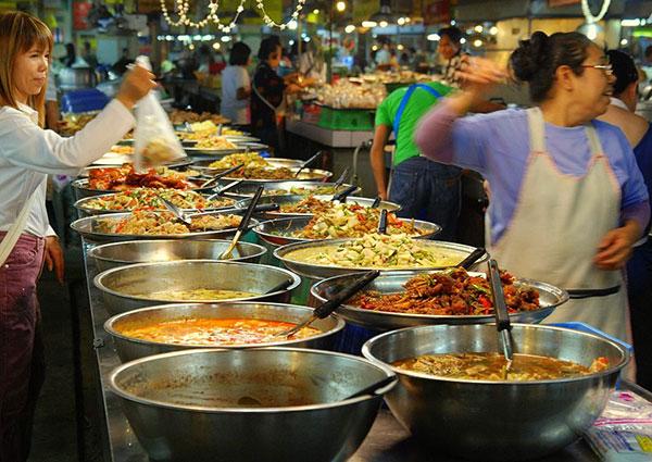 El arroz jazmín es un arroz callejero. Los mercados de comida en Tailandia están repletos de platos con arroz.