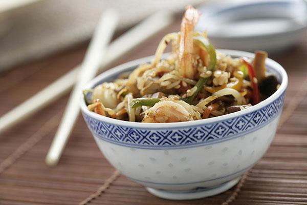 Porque no comer arroz en un bol, como hacen en la cuna de este cereal, Asia