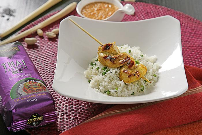 Receta de Brochetas de pollo satay con arroz blanco thai