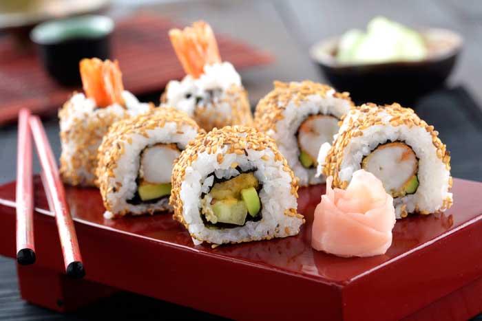 Receta de Maki roll invertido de aguacate, pepino y gambón