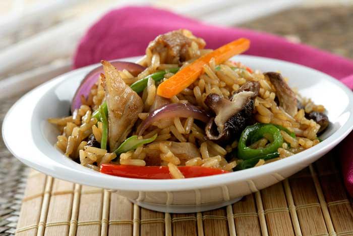 Receta de Dados de cerdo salteados con verduras, sitake, salsa de soja y arroz thai