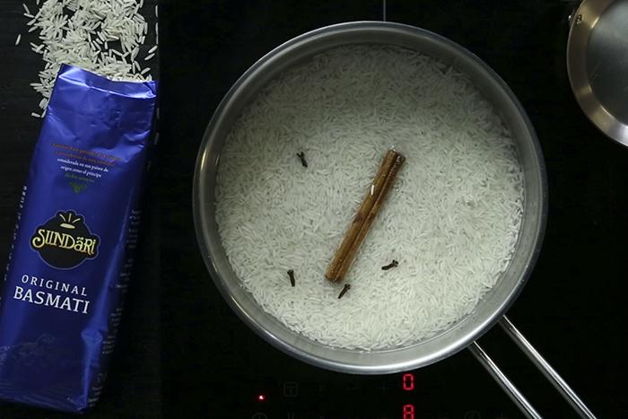 Receta de Receta de langostinos con salsa de cacahuete y arroz basmati