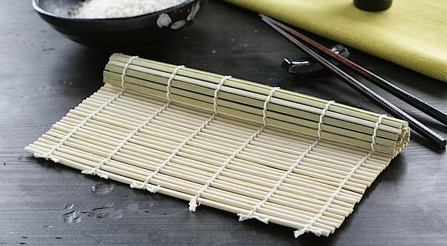 Una imagen del utensilio Makisu (Esterilla para sushi)