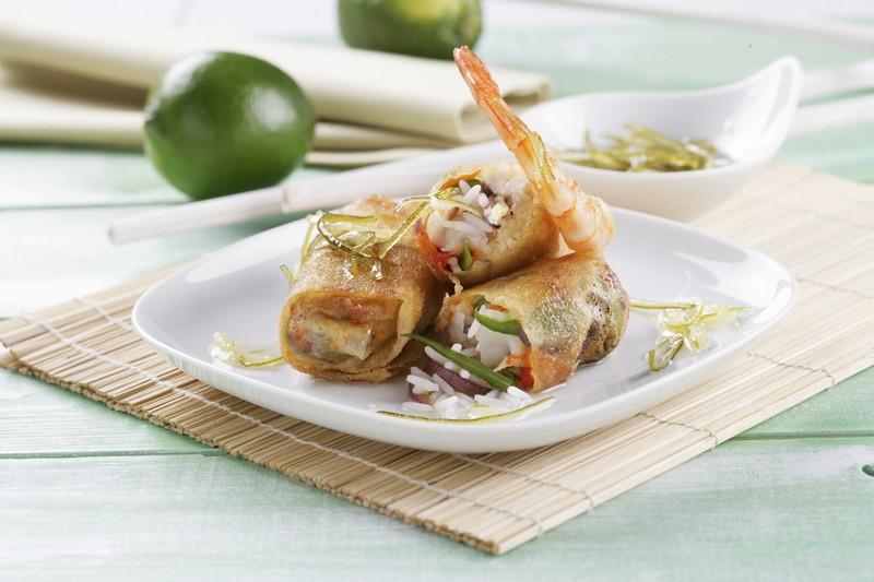 Receta de Rollitos crujientes rellenos de arroz con langostinos y pollo con salsa agridulce de lima y jengibre