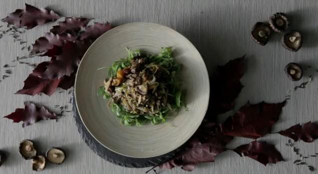 Receta de Arroz Sauvage salteado con shitakes y salsa de soja bajo lecho de rúcula fresca