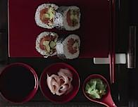 Videoreceta: Futomaki crujiente de cebolla frita relleno de salmón y aguacate