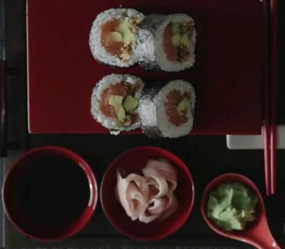 Receta de Futomaki crujiente de cebolla frita relleno de salmón y aguacate