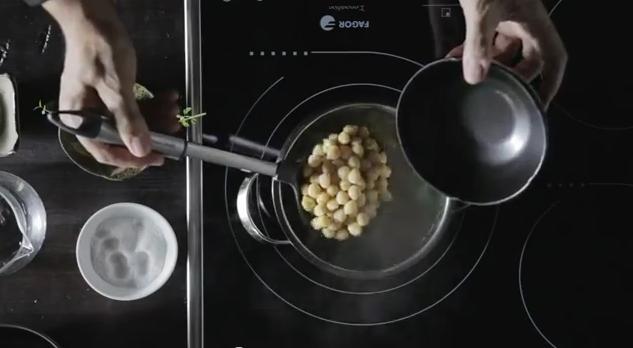 Receta de Garbanzos salteados con arroz Sauvage, espinacas y queso de cabra